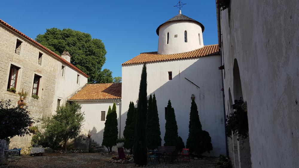 Dvorište manastira Krupa