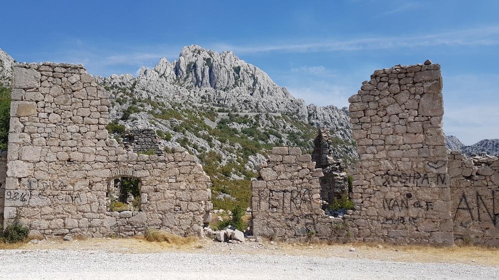 Pogled na Tulove grede kroz ruševine starih svratišta.