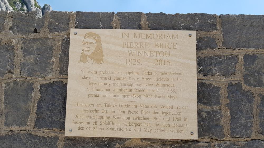 Spomen ploča Velebitskom poglavici Winnetou-u.