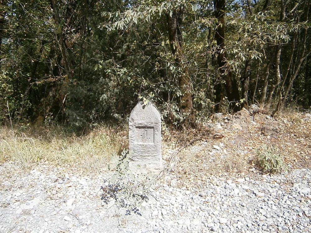 Šiljati kamen kakvima je major Knežić obilježavao dionice svoje ceste.