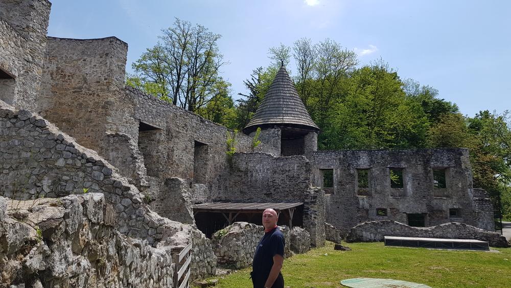 Dvorište staroga grada Novigrada na Dobri