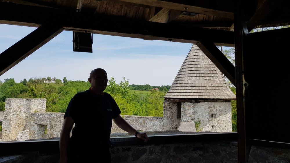 Vidikovac na jednom od tornjeva staroga grada Novigrada na Dobri