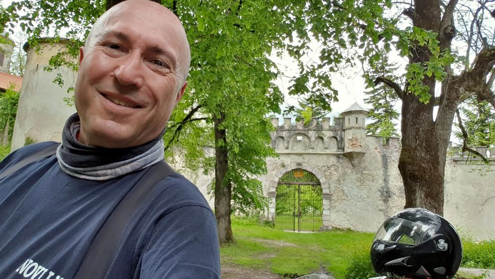 Ispred ulaza u stari grad Bosiljevo