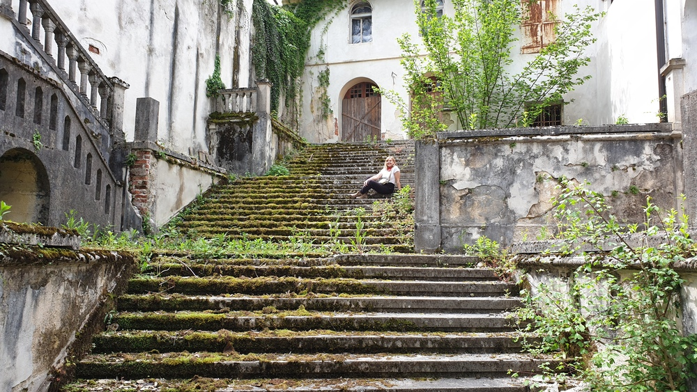 Đurđica na stepenicama koje ipak ne vode u Nebo, stari grad Bosiljevo
